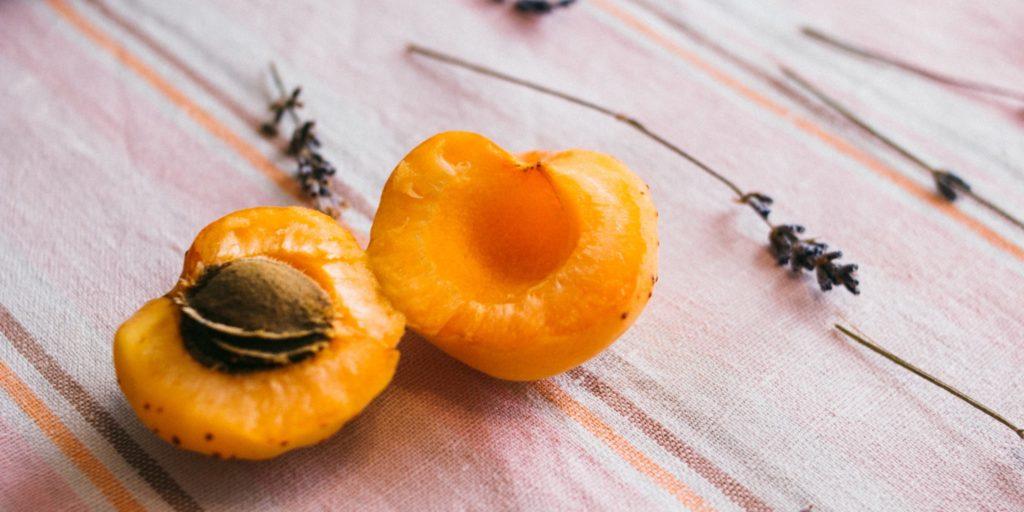 Aprikosenkernöl enthält viele ungesättigte Fettsäuren und Linolsäure.
